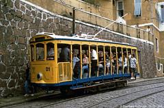 Amerika, Sdamerika, Brasilien, Rio de Janeiro, Rua Almirante Alexandrino (Bernhard Kumagk) Tags: southamerica brasil riodejaneiro trolley tram brasilien streetcar amerika tramway brsil sprvagn bonde tranbia tramvay tranvia trikk tramwaj villamos tranva elctrico  ameriquedusud sporvogn  tramvajs tramvia tramwaje sdamerika raitiovaunu trolleypole tramm tramvajus sprvg strasenbahn sporvei  tranvai  zweiachser sommerwagen bernhardkusmagk ruaalmirantealexandrino tramvaiul raitioliikenne bernhardkussmagk  stangenstromabnehmer
