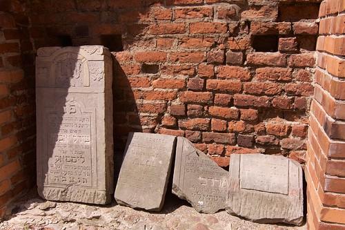 Macewy wewnątrz północnego muru zamku w Gosławicach