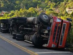 Acidente entre caminhão e ônibus deixa feridos em Juiz de Fora (portalminas) Tags: acidente entre caminhão e ônibus deixa feridos em juiz de fora