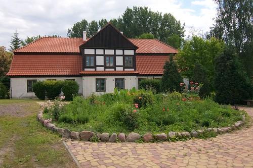 Dwór z Ruszkowa odtworzony w skansenie w Gosławicach od północy