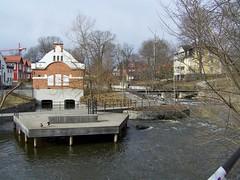 Gamla elverket (tompa2) Tags: norrtälje uppland roslagen sverige norrtäljeån vattendrag elverk vatten fors byggnad brygga kran bro sweden
