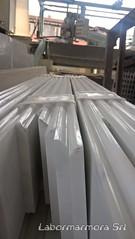 Zoccolino in marmo bianco con costa sagomata