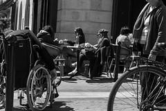 Rue 20_04_2017 (22 sur 34) (Jérôme Loche) Tags: photographie de rue life bordeaux france gironde vie noir et blanc couleur nb aquitaine personne inconnue femme homme jeune couché soliel bus passage piétons fleur rembarde barrière arbre pigeon moto velo poubelle déchets tramway rails nuit jour peintre envol route scooter pomme ruine portrait flou