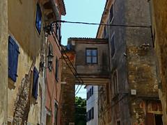 Croatia, house bridge (duqueıros) Tags: kroatien croatia istrien porec stadt altstadt village wand wall fenster window duqueiros