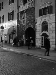 Trento_161219_PC194139_1718 (Paolo Chiaromonte) Tags: olympus omdem5markii micro43 paolochiaromonte mzuikodigital17mm118 trento trentino italia italy travel bw biancoenero blackandwhite monochrome notturno nocturnes nightshot handheld