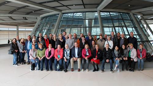 Ich begrüße eine Gruppe von politisch Interessierten aus Oldenburg und dem Ammerland im Reichstagsgebäude.