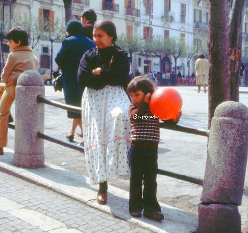 """Sulmona (AQ), 1979, La """"Madonna che scappa in piazza"""": gli spettatori, anche rom residenzializzati nei dintorni."""