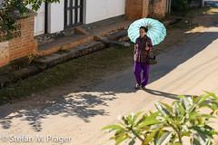 724-Mya-KENGTUNG-014.jpg (stefan m. prager) Tags: asien myanmar kengtung strasse schirm cheingtung chiangtung kengtong kyaingtong shan myanmarbirma mm