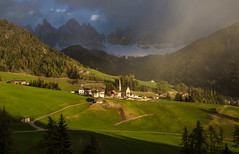 Val di Funes (Lena Held) Tags: valdifunes villnöss italy dolomiten dolomites dolomiti italien berge mountain travel spring landscape sunset santamaddalena villnössertal sundown sunshine sunlight daylight daily world reisen frühling sonnenuntergang sonnenlicht sonnenschein canon 6d 1635mm f4 weitwinkel zoom vollformat scape land scarf square squareformat colors colored colorful light lights yellow orange green blue wildlife outside outdoor freearc southtirol tirol panorama trentino explored explore val di funes 70200