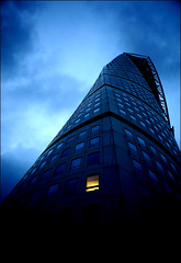 Lonely light (*Kicki*) Tags: sky skåne sweden explore bluehour 24mm malmö turningtorso flickrexplore explored lheurebleue närrapsenblommar