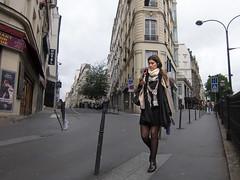 promenade smartphonaise (grapfapan) Tags: street woman paris france architecture rue bogenlampe smartphonesia