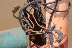 Eclairage public... (Pi-F) Tags: éclairage pylone électrique fil afrique lampadaire connexion épissure