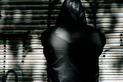 Dark George (GuilleDes) Tags: capucha chaqueta puerta desenfocado fotolog