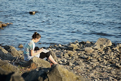 La pittrice sul lago !!!! (*SevePhoto*) Tags: nikkor nikon nital natura pittrice italy italia lazio lexar lago trevignanoromano trevignano tramonto acqua disegno seve severino sevephoto d610 2017 rome roma ritratto spiaggia riva