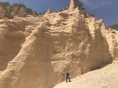 io in posa (Roberto Tarantino EXPLORE THE MOUNTAINS!) Tags: lame rosse lamerosse monti sibillini marche canyon montagna nuvole cielo primavera fiastra diga