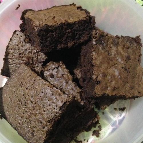 Mainha fez brownies para amanhã. Estou comendo tudo hoje! #carpediem #brownies #chocolate #diliça