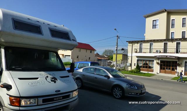 Aparcados frente a otro hotel esta vez en las afueras de Timisoara
