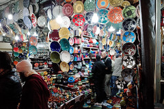 The house of plates in Marrakesh (David Sousa-Rodrigues) Tags: africa street 28mm streetphotography morocco marrakesh souks moroco ricoh ricohgr marrocos moroc souqs marraquexe