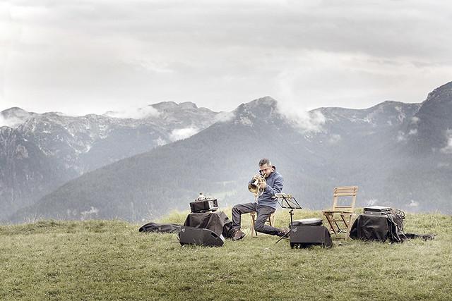 """Paolo Fresu durante l'esecuzione del Silenzio_credit """"I Suoni delle Dolomiti"""""""