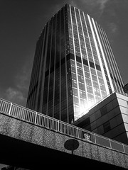 99 Bishopsgate (Gary Kinsman) Tags: wormwoodstreet ec2 cityoflondon london bw blackwhite 99bishopsgate tower 2007 highrise officeblock brigde architecture modernism modernist glass
