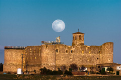 La luna sobre el castillo (miguelangelortega) Tags: castillo castle luna noche atardecer horadorada sunset goldenhour cuenca castillodegarcimuñoz edadmedia donjuanmanuel historia pasado recuerdos mancha castillalamancha