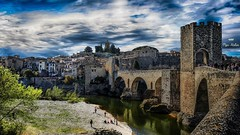 De l'autre côté du pont (Fred&rique) Tags: hdr pont besalù espagne catalogne cité médiévale remparts rivière tourisme