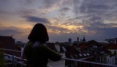 (kyopé) Tags: belgique bruxelles jeune fille femme extérieur portrait cityscape couchédesoleil sunset orange bleu cloudy marion fujifilm xt10 2017 avril
