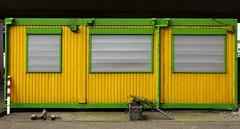 Nobody home (frankhurkuck) Tags: hannover germany deutschland nds niedersachsen landeshauptstadt raschplatz bauwagen baucontainer bunt colorful gelb grün yellow green