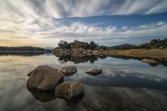 Calma. (Amparo Hervella) Tags: embalsedelburguillo ávila españa spain reflejo nube agua roca naturaleza largaexposición d7000 nikon nikond7000 filtrond comunidadespañola