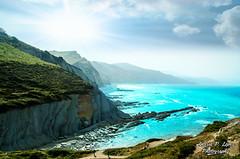 Flysch en Guetaria (wolvelopez) Tags: guetaria paisavasco getaria flysch acantilado sol mar rocas colores niebla sunset cliff spain northofspain nikon