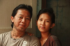 young couple (the foreign photographer - ฝรั่งถ่) Tags: young couple man wife woman face neck tattoos tattooed doorway khlong thanon portraits bangkhen bangkok thailand canon kiss