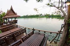 บริเวณริมแม่น้ำนครชัยศรี ของร้านบ้านร่มไม้สายน้ำ นครปฐม