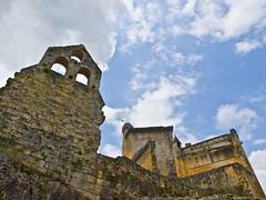 Trotzig / Defiant (schreibtnix on 'n off) Tags: reisen travelling europa europe frankreich france commarque burg castle trutzig defiant himmel sky wolken clouds olympuse5 schreibtnix