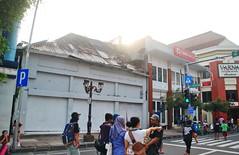 Ruko kosong (Everyone Sinks Starco (using album)) Tags: surabaya eastjava jawatimur architecture arsitektur building gedung toko shop