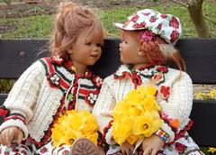 Tivi und Sanrike ... (Kindergartenkinder) Tags: kindergartenkinder annette himstedt dolls grugapark essen gruga frühling osterglocken narzissen