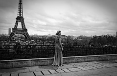 Les deux dames (Paolo Pizzimenti) Tags: paris film tour paolo femme olympus f18 dame mode zuiko omd argentique chaillot em1 doisneau trocadéro modèle 17mm m43 mirrorless