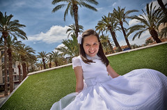 Andrea, comunin en Elche (Javier_Lpez) Tags: blue sky tree girl azul nikon dramatic sigma paisaje palmeras palm holy cielo javier angular 1020 amarilla elx elche comunin lpez d7000 javierlpez
