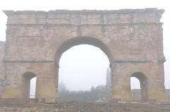2000 años entre la niebla / 2000 years between the fog (Txemari Roncero) Tags: arco medinaceli soria españa spain romano arcoromano arte arquitectura roma niebla fog nikon nikond7000 tokina1224