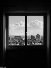 Al final del pasillo. (Eugercios) Tags: madrid window cityscape ciudad city cidade ventana skyline colon vista mirar see ver look españa espanha europe europa spain capital blanco branco black white preto negro bw