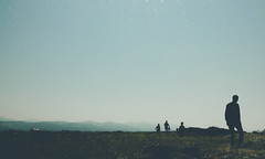 3047 (saul gm) Tags: people gente backlit backlight contrejour siluetas silhouettes walk walking field campo grass outdoors mountains sky cielo blue asturias oviñana cudillero asturies españa spain man men nature light despejado sunny spring springtime primavera