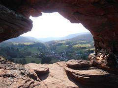une prise de vue sur une partie de notre village et les Vosges-du-nord ! (jeanpierrefrey) Tags: rocher ruine vosgesdunord obersteinbach vallée