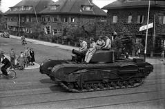 (Farlakes) Tags: army leiden tank canadian grandpa parade scanned mei 1945 liberation oegstgeest bevrijding rijnsburgerweg farlakes warmonderweg geverstraat