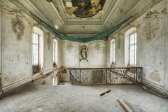La gardienne du royaume (Photonirik) Tags: jaune urbex decay urban exploration oblivion abandoned abandonné oubli forgotten ue dust