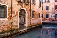Venezia , prospettiva limitata ... (miriam ulivi - OFF/ON) Tags: miriamulivi nikond7200 italia venezia venice canale canal riflessi reflections acqua water antichipalazzi ancientbuildings febbraio2017