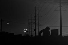 Ciudad (betho itinerante) Tags: bn blanconegro monocromático sombras contraste luces calle trabajo clavebaja atardecer postes lineas gente cielo