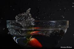 Fragola (veronicarivituso) Tags: fragola strawberry rossa red verde green gocce drops acqua water foto photo passione passion reflex nikon professional