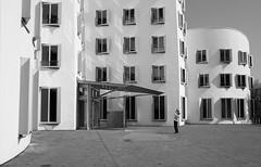 ohne Titel (wpt1967) Tags: architektur düsseldorf eos6d fenster fotograf frankgehry gebäude neuerzollhof bw canon28mm photographer sw windows wpt1967
