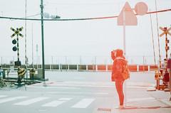 忘了捲片就開蓋,自己犯傻,但這意外反倒讓我喜歡...所謂的命運註定 (Mr.Sai) Tags: chinoncm3 fujinon55mmf18 fujic200 analog film filmisnotdead filmphotography japan girl portrait c41 高雄自由沖掃 鐮倉 高校 slam dunk
