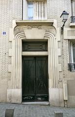 Paris, Montmartre: 1 rue Cortot. (Marie-Hlne Cingal) Tags: door paris france twins puerta wroughtiron montmartre porta porte iledefrance tr ferforg twozweideuxduedva2