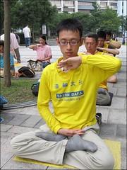 台北信义广场上炼功人的故事 Behind the Peaceful Scene: Participants at a Falun Gong Practice Site in Taipei Share Their Stories